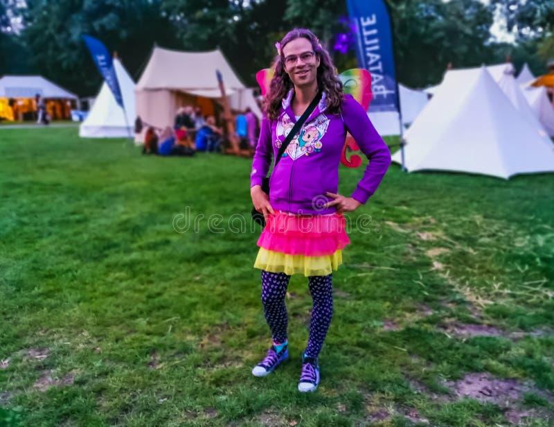 Retrato de LGBT de una persona que lleva un equipo colorido con las alas de la mariposa, festival el 2 de agosto de 2019 más cast imagenes de archivo