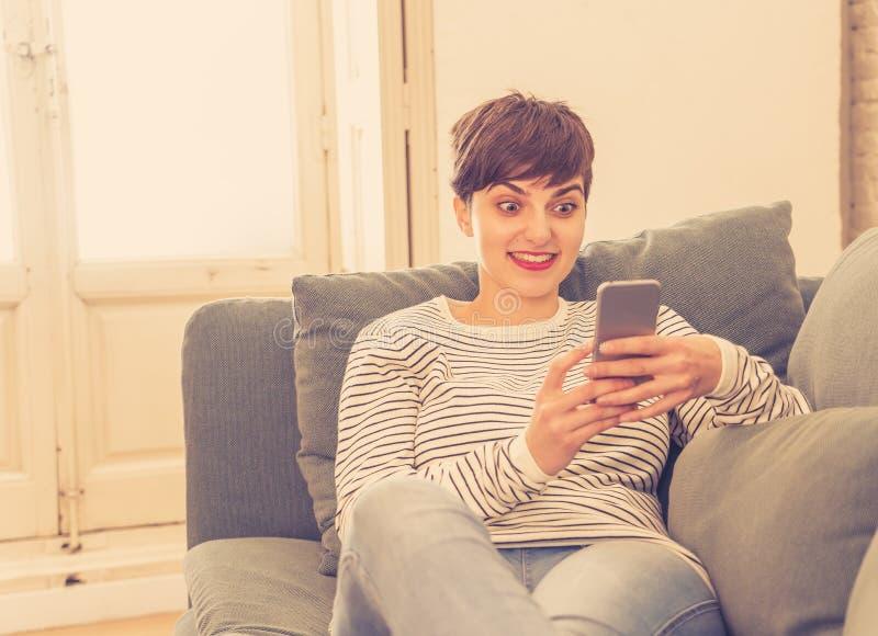 Retrato de ligar que habla de la mujer hermosa joven y de la charla en su tel?fono elegante fotos de archivo
