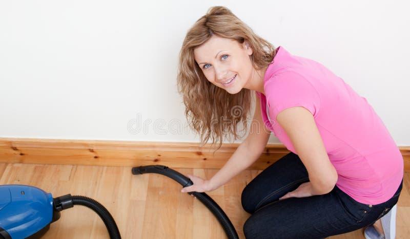 Retrato de limpar alegre da mulher imagem de stock