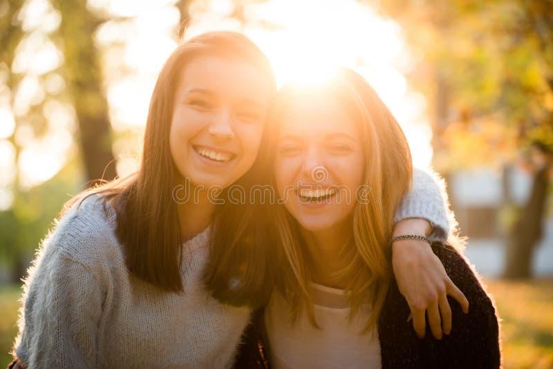 Retrato de los amigos de la diversión junto - imagen de archivo libre de regalías