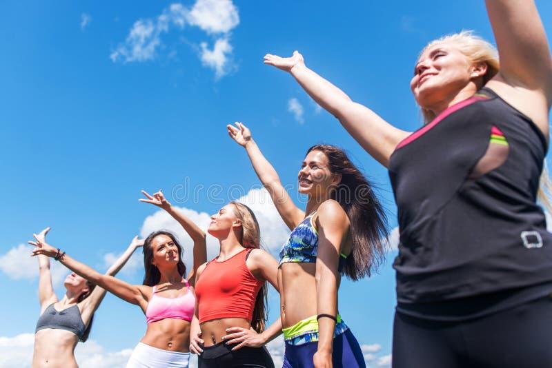 Retrato de los amigos emocionados del grupo que gozan divirtiéndose al aire libre imagenes de archivo