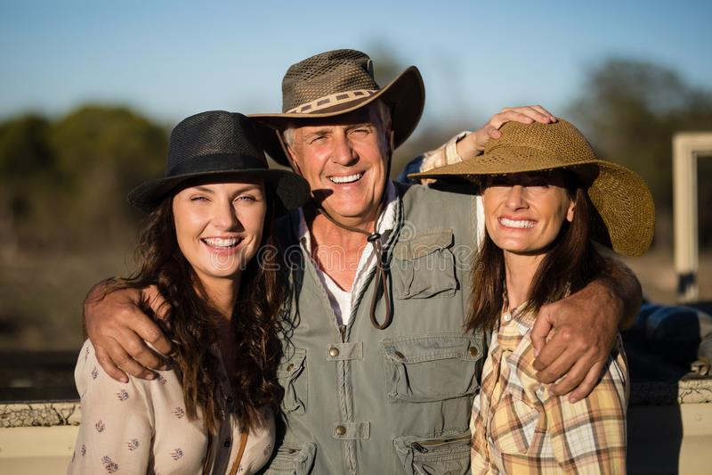 Retrato de los amigos felices que gozan durante vacaciones del safari foto de archivo libre de regalías
