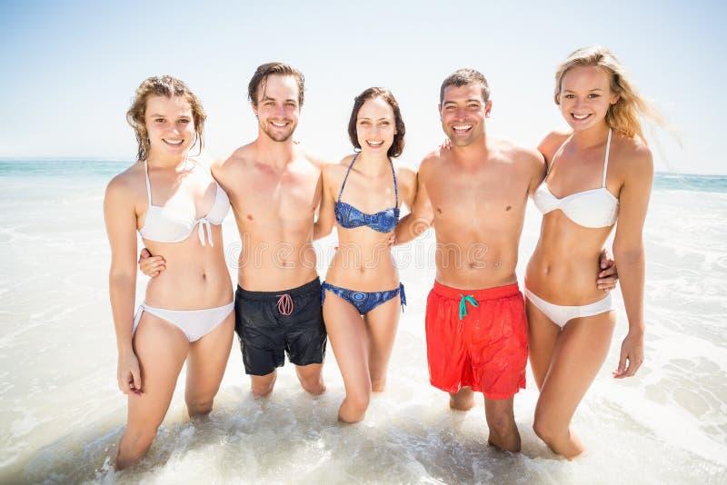 Retrato de los amigos felices que se unen en la playa fotos de archivo libres de regalías