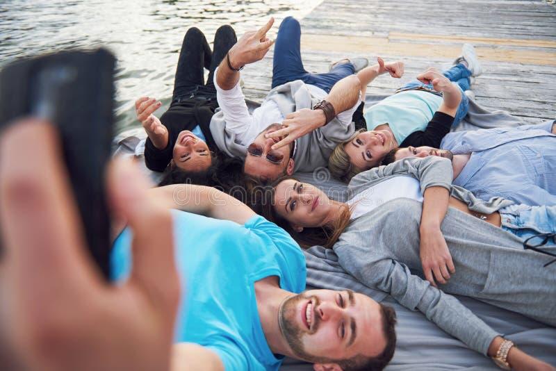 Retrato de los amigos jovenes felices que hacen el selfie fotos de archivo libres de regalías