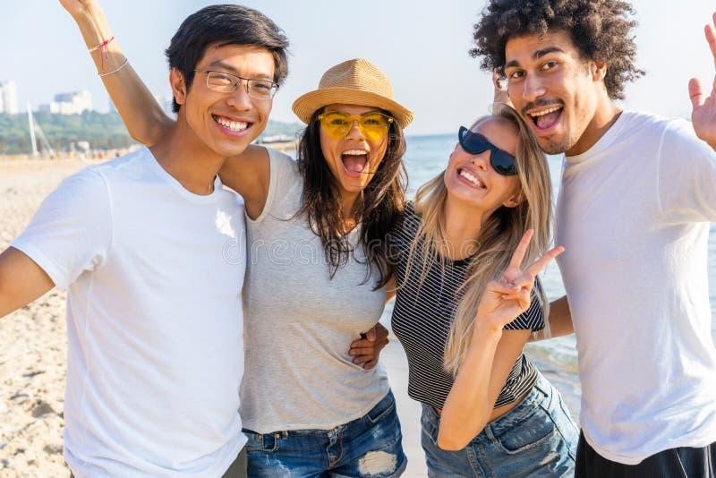 Retrato de los amigos que se divierten junto el vacaciones de la playa imagenes de archivo