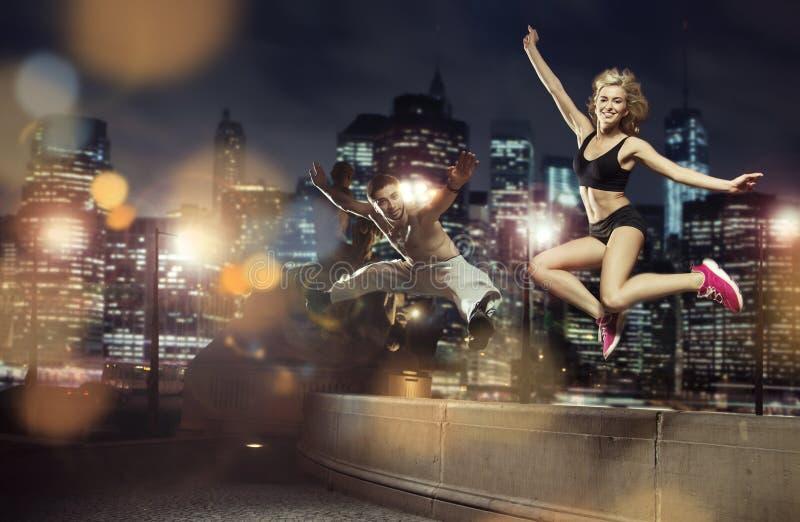 Retrato de los atletas de salto alegres imagenes de archivo