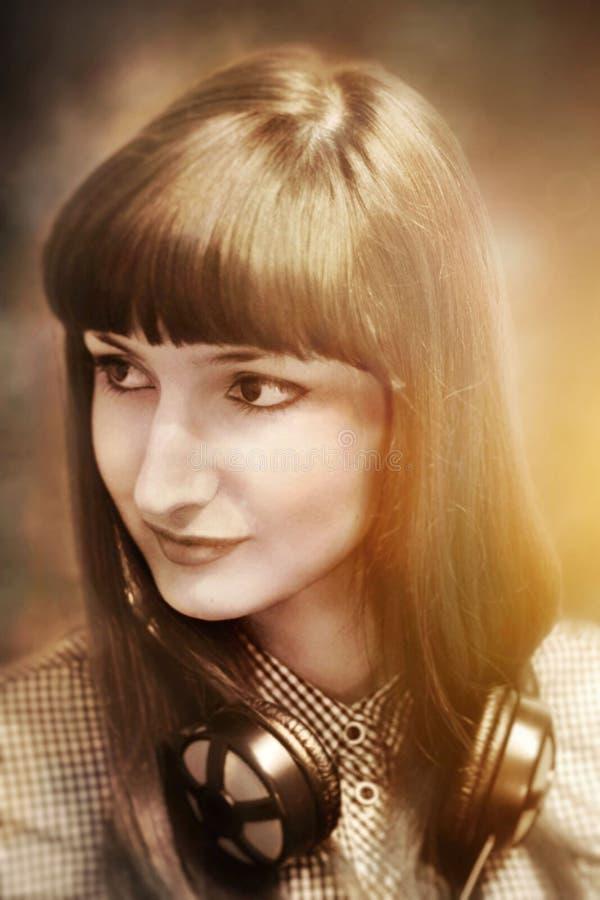 Retrato de los auriculares que llevan de una muchacha imagen de archivo