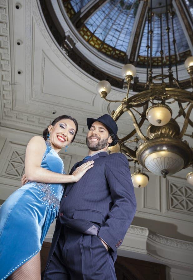 Retrato de los bailarines del tango que se realizan debajo de la cúpula foto de archivo libre de regalías