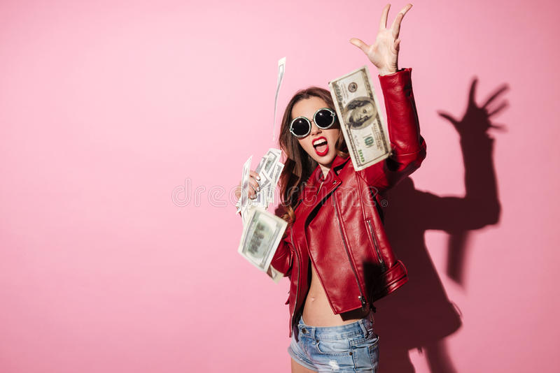 Retrato de los billetes de banco de un dinero del ganador feliz joven de la mujer que lanzan foto de archivo libre de regalías