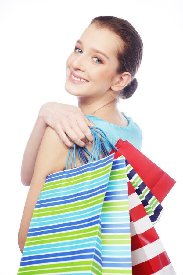 Retrato de los bolsos de compras imponentes de la mujer que llevan joven fotos de archivo libres de regalías