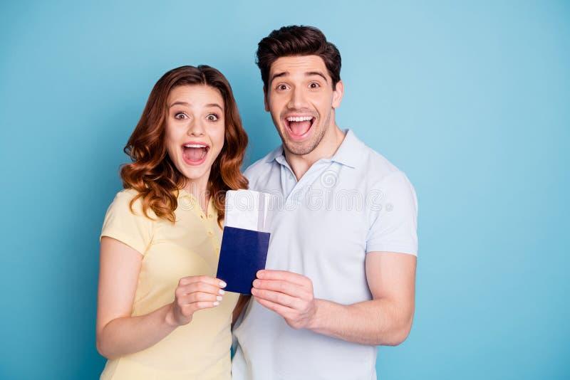 Retrato de los cónyuges casados extáticos alegres alegres atractivos agradables que se sostienen en ganador del triunfo del éxito fotos de archivo