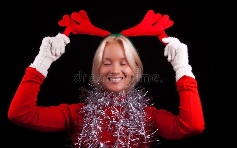 Retrato de los claxones que desgastan de una chica joven feliz imagen de archivo libre de regalías