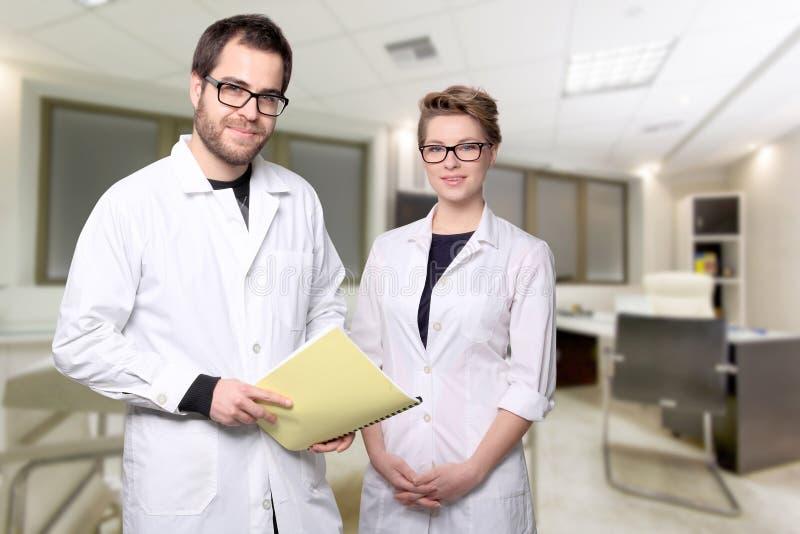 Retrato de los doctores jovenes de los pares imágenes de archivo libres de regalías