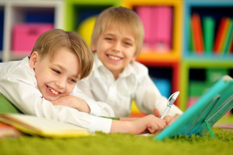Retrato de los dos muchachos lindos que hacen la preparación fotos de archivo libres de regalías
