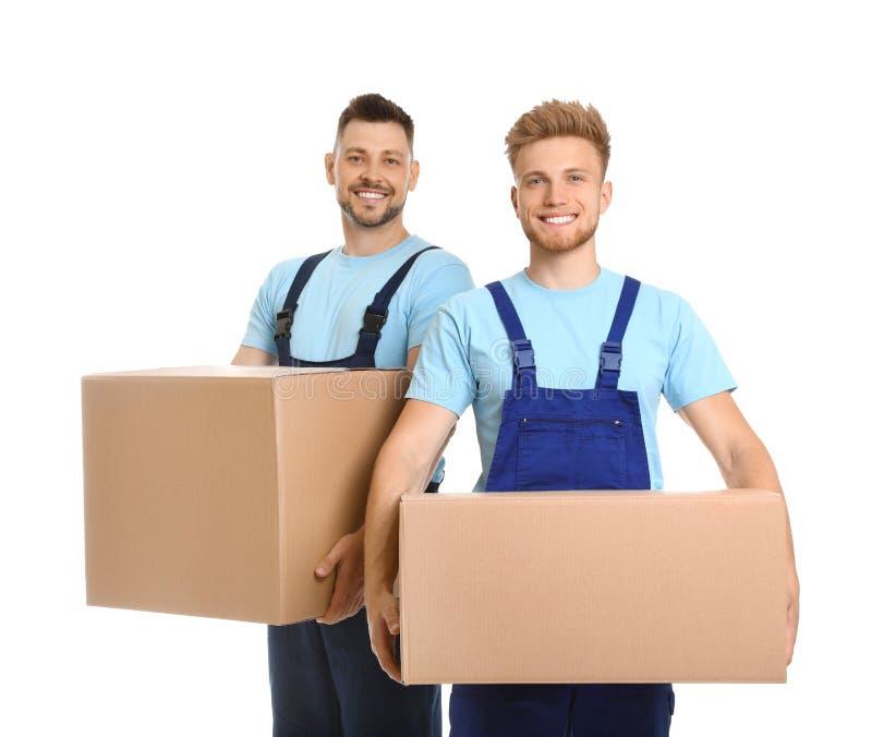 Retrato de los empleados de mudanza del servicio con las cajas de cartón foto de archivo