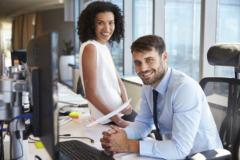 Retrato de los empresarios que trabajan en el escritorio de oficina junto foto de archivo libre de regalías