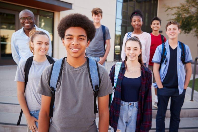 Retrato de los estudiantes de la High School secundaria con el profesor Outside College Buildings imagen de archivo