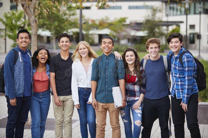 Retrato de los estudiantes de la High School secundaria fuera de edificios de la universidad fotos de archivo