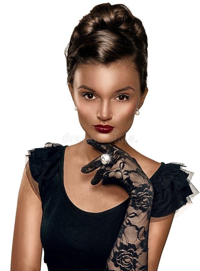 Retrato de los guantes que llevan de la mujer elegante morena hermosa fotografía de archivo