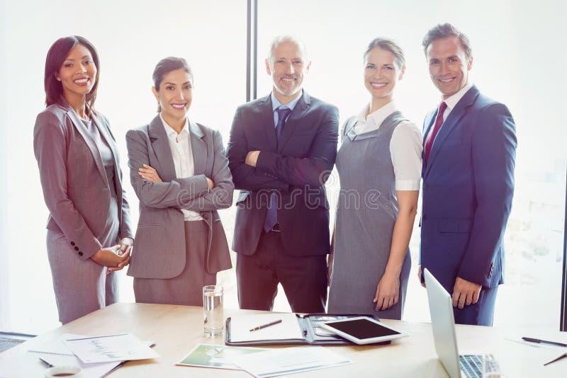 Retrato de los hombres de negocios que se unen en la sala de conferencias foto de archivo libre de regalías