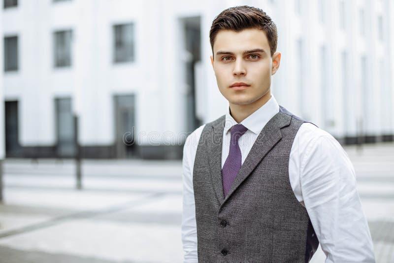 Retrato de los hombres de negocios jovenes en una ciudad moderna imagen de archivo