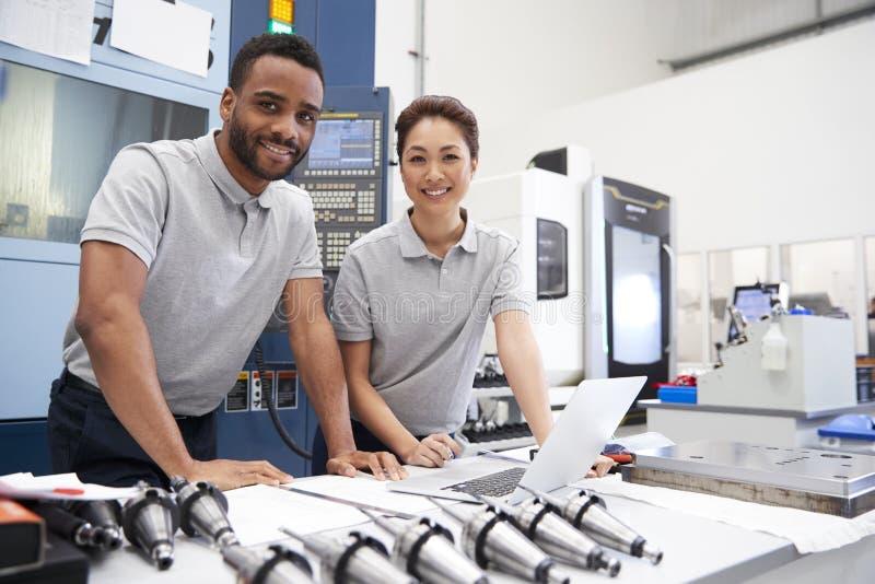 Retrato de los ingenieros que usan software programado del cad en el ordenador portátil foto de archivo libre de regalías
