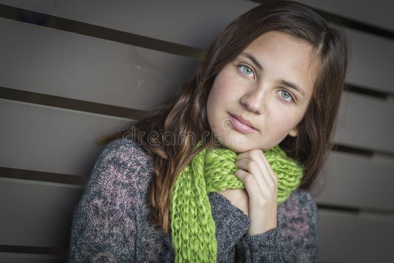 Retrato de los jóvenes de la muchacha adolescente observada azul bastante fotos de archivo