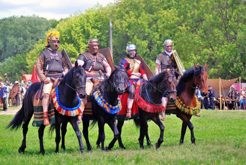 Retrato de los jinetes del caballo en trajes históricos imágenes de archivo libres de regalías