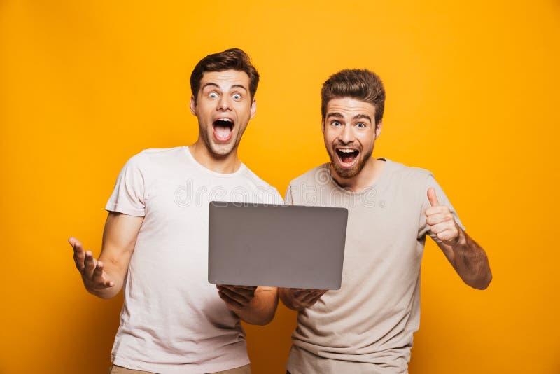 Retrato de los mejores amigos de los hombres jovenes de los dos positivos imágenes de archivo libres de regalías