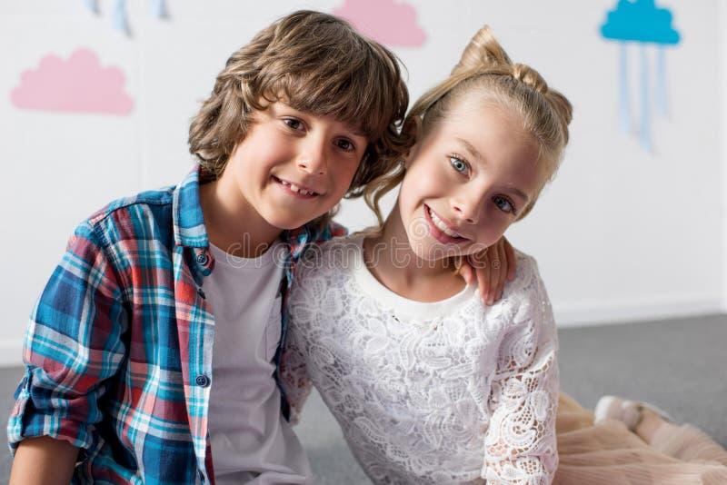retrato de los niños alegres lindos que sonríen en la cámara foto de archivo libre de regalías