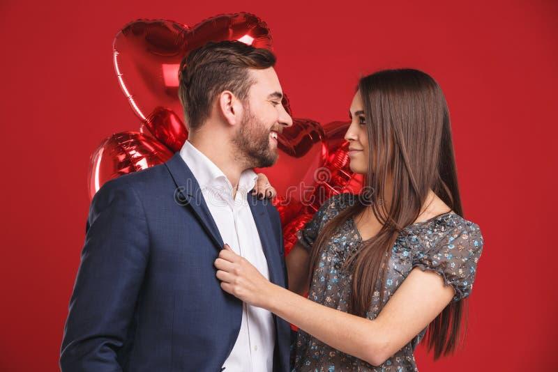 Retrato de los pares cariñosos que celebran día del ` s de la tarjeta del día de San Valentín foto de archivo