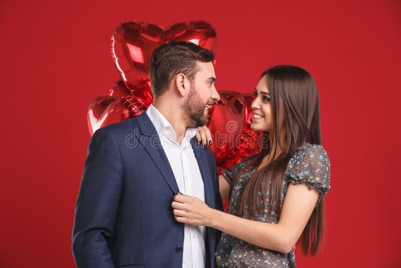 Retrato de los pares cariñosos que celebran día del ` s de la tarjeta del día de San Valentín fotos de archivo