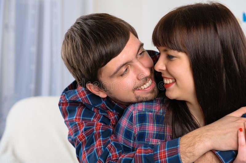 Retrato de los pares jovenes felices que sonríen el uno al otro fotografía de archivo libre de regalías