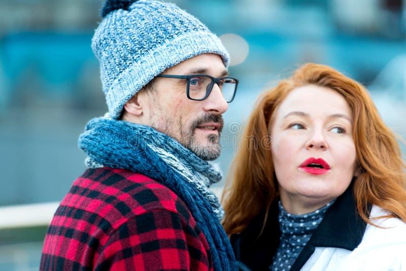 Retrato de los pares de la expresión hablados en la calle En extranjeros mirados pares imágenes de archivo libres de regalías