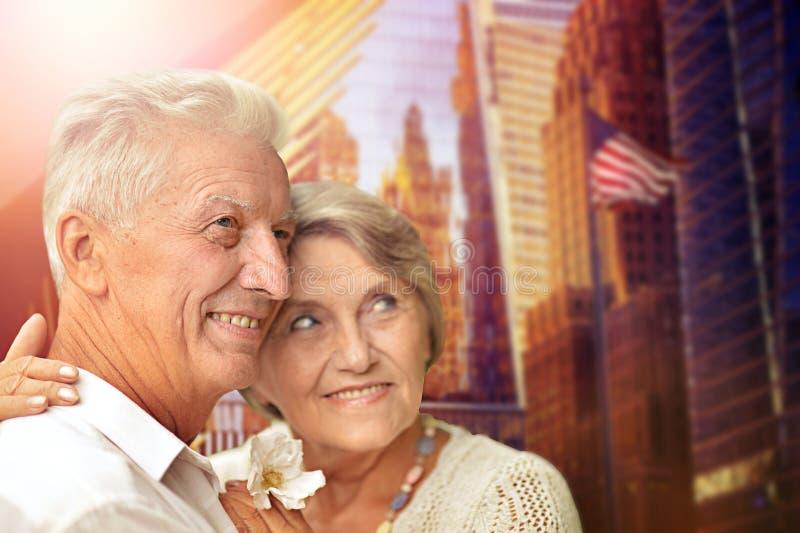 Retrato de los pares mayores felices que abrazan contra el horizonte de New York City imágenes de archivo libres de regalías