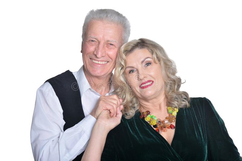 Retrato de los pares mayores felices que abrazan en el fondo blanco fotos de archivo libres de regalías