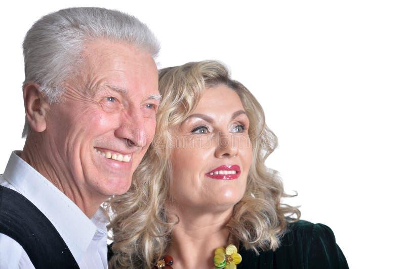 Retrato de los pares mayores felices que abrazan en el fondo blanco imagen de archivo libre de regalías