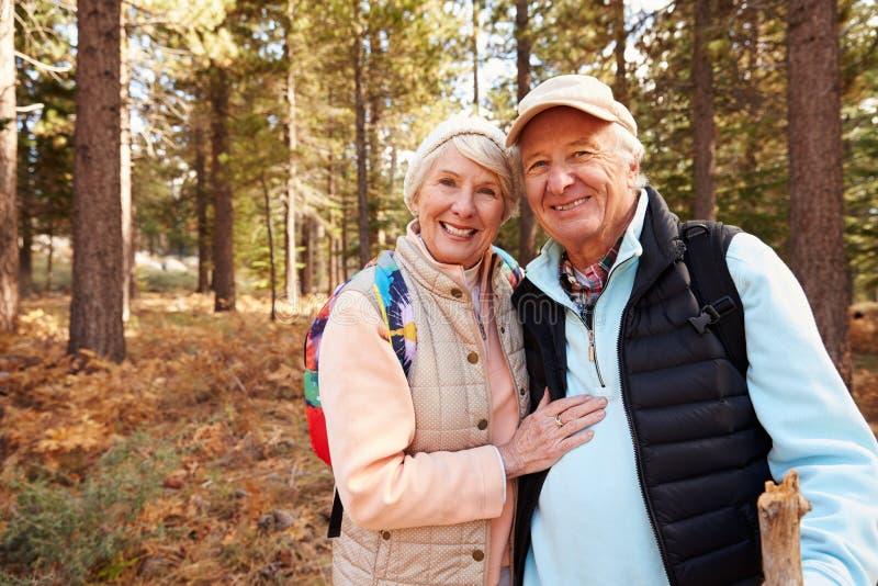 Retrato de los pares mayores que caminan en el bosque, California, los E.E.U.U. fotos de archivo libres de regalías