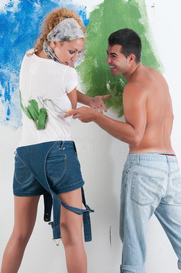 Retrato de los pares que pintan en casa imágenes de archivo libres de regalías