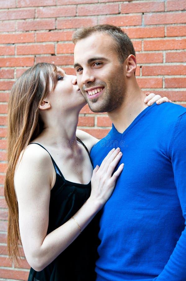 Retrato de los pares que se besan de los jóvenes fotografía de archivo