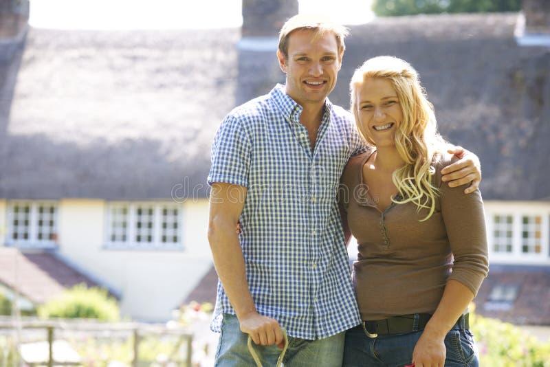 Retrato de los pares que trabajan en jardín junto foto de archivo libre de regalías
