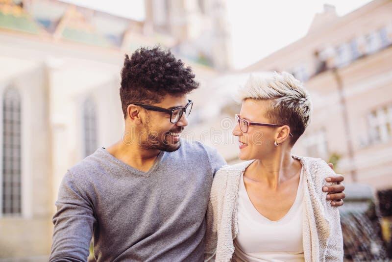 Retrato de los pares románticos y felices de los jóvenes de la raza mixta imagen de archivo