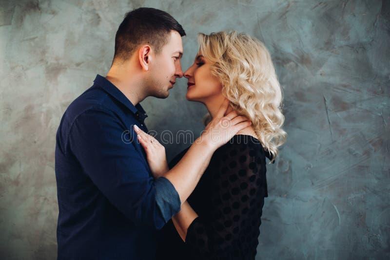 Retrato de los pares sensuales que miran en el ojo el uno al otro imagen de archivo