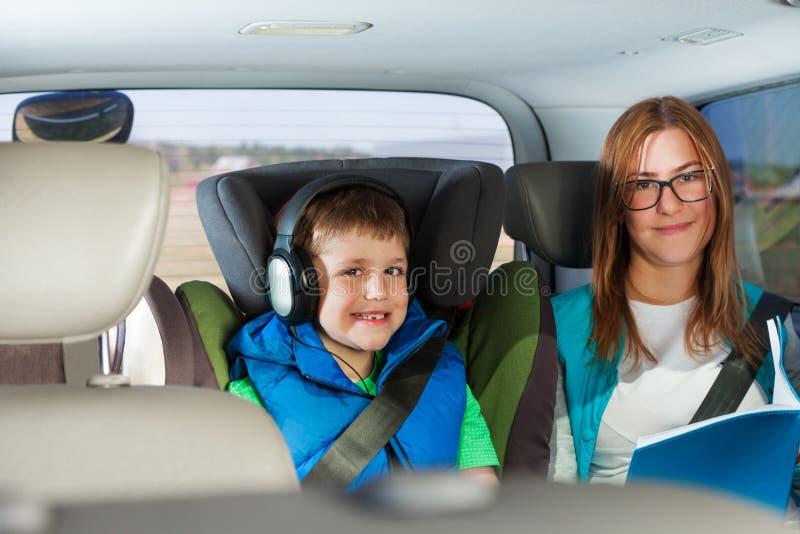 Retrato de los pasajeros felices que se sientan en el coche fotografía de archivo