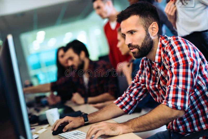 Retrato de los programadores que trabajan en empresa de informática de desarrollo fotos de archivo