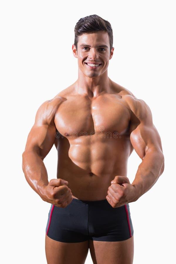 Retrato de los puños de un apretón musculares del hombre joven imagen de archivo libre de regalías