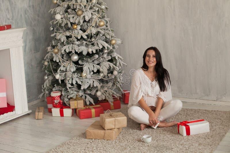 Retrato de los regalos hermosos del Año Nuevo de la Navidad del árbol de la mujer embarazada imagenes de archivo