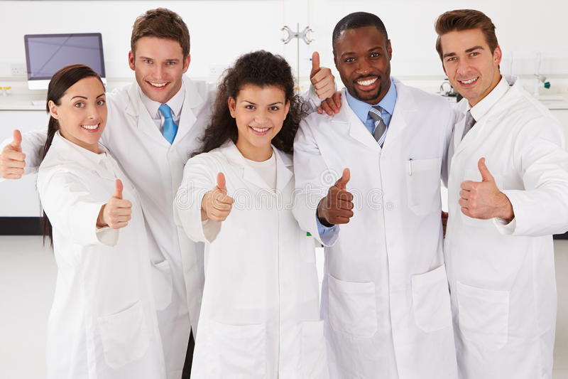 Retrato de los técnicos de laboratorio que se colocan en grupo foto de archivo