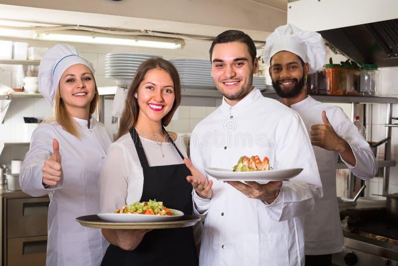 Retrato de los trabajadores positivos de la cocina imagenes de archivo