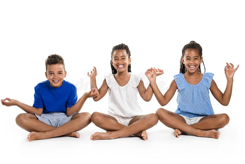 Retrato de los tres niños negros felices, fondo blanco imagen de archivo libre de regalías